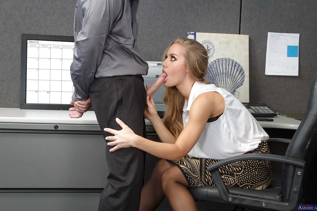 Секретарша отсосала у привлекательного посетителя