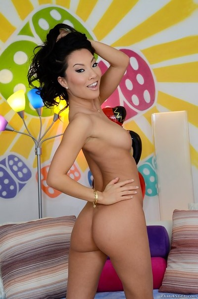 Asa akira showing off her consummate body previous to anal shooting