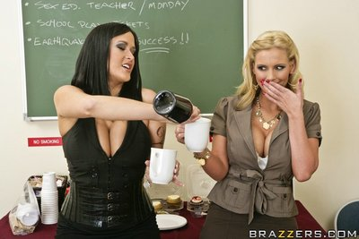Busty lesbians Phoenix Marie and Carmella Bing have naked coffee fissure