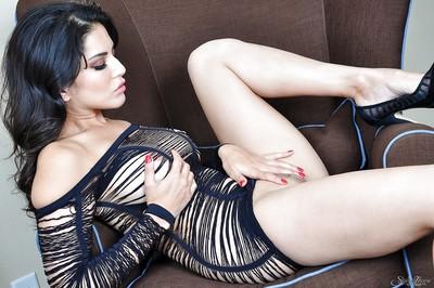 Indian pornstar Sunny Leone unveils her stunning milf body