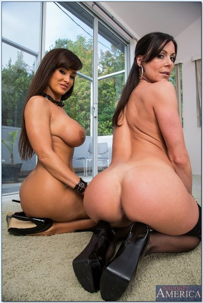 Hot mature lesbian cuties Kendra Passion & Lisa Ann striptease each other