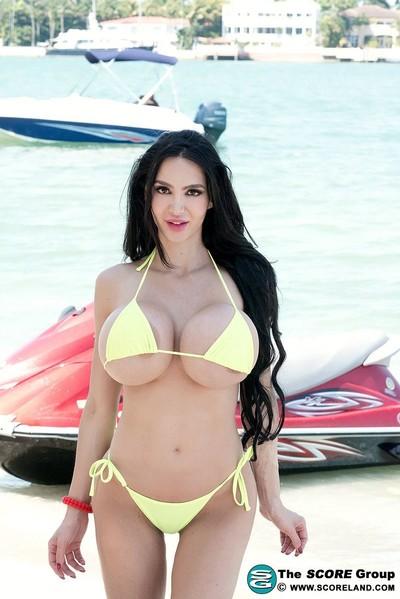 Lustful milf amy anderssen in bikini