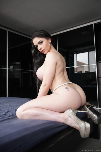 Marta la croft showing off her big chubby anus