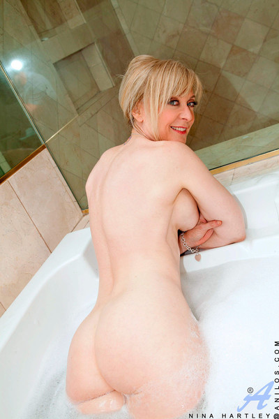 Seductive cougar nina hartley crams her wet pussy with a glass