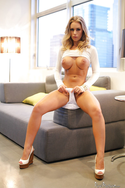 Melodious babe with large boobies Nicole Aniston is showing off her shape