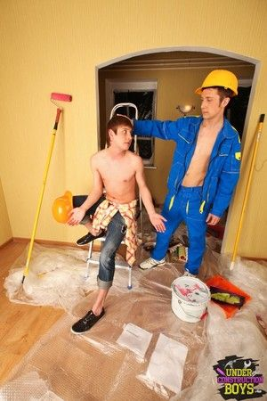 Pair of horny construction job twinks bring into play on the ladders
