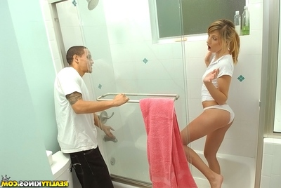 Appealing amateur Jessica Lynn comes exclusive of the shower-room and obtains drilled