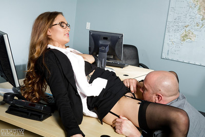 Office secretary Samantha Hayes having trimmed uterus licked out at until