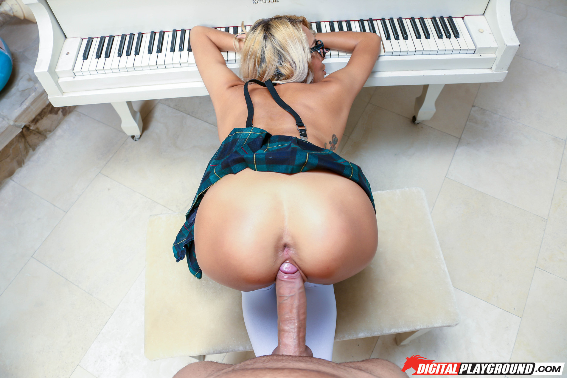Janice griffith benefits from dicked and face jizzed by her piano tutor