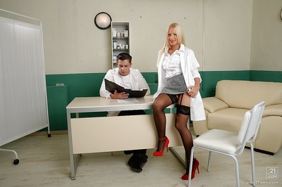 Doctor with muscular dick jazzes pretty nurse with colossal bumpers