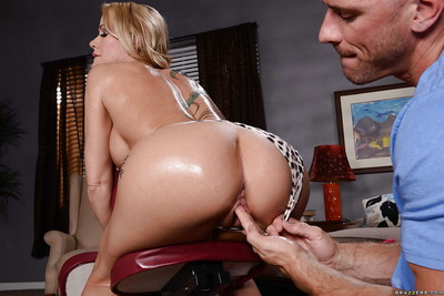 Tattooed milf Simone Sonay is receiving an surprising massage