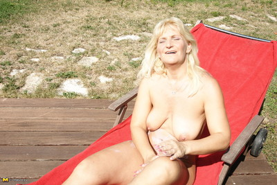This housewife fall in love with to take part in naughty in the garden