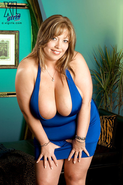 BBW Savannah Phair with weighty hooters shows her muff upskirt