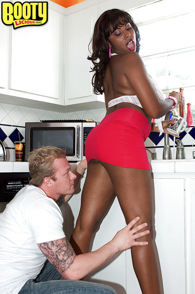 Black MILF Candace Von freeing colossal ebon booty from underwear in kitchen