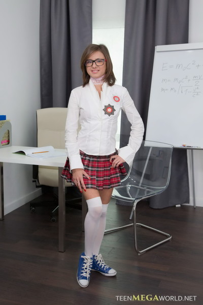 Nerdy brown hair queen screwed by her daddy from amateur mega world