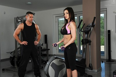 Rounded babe working out has facilitate from enormous dick to remove brassiere and spandex