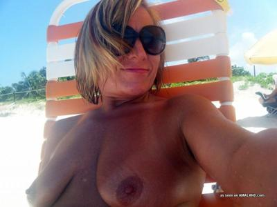 Passionate golden-haired MILF posing sleazy and getting untamed