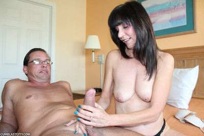 Melodious MILF Jessica Sexxxton jacking off her daughters green bf