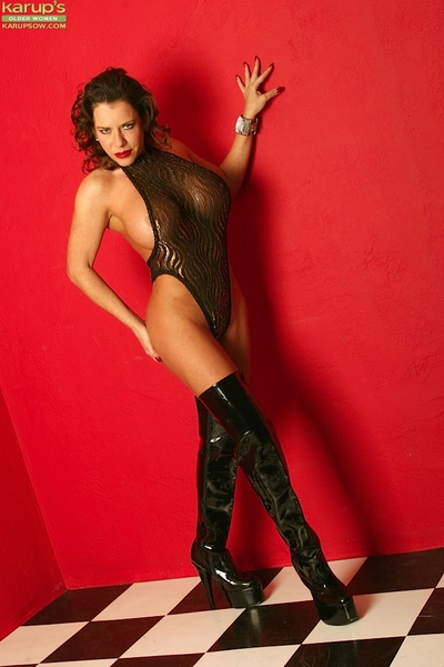 Attractive milf in latex boots is widening her fancy legs on livecam