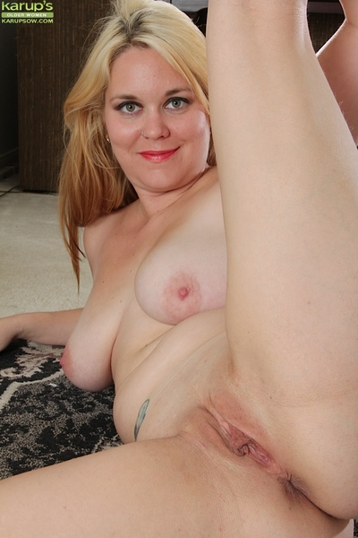 Blond cougar angel with largest breasts Lindsay Jackson is showing her body