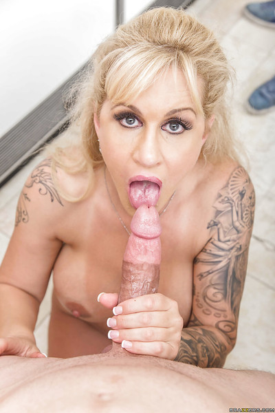 Leggy golden-haired mamacita Ryan Connor admirable creampie on smooth head cage of love