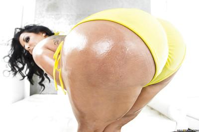 Latins Kiara Mia shows off her perfect-looking damp gazoo on livecam