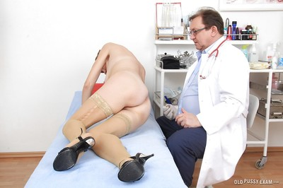 Gyno doctor screws full-grown Oslava using his rough short fingers
