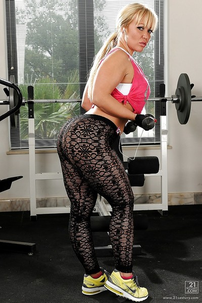 Sporty MILF Austin Taylor idly uncovering her bewitching twists