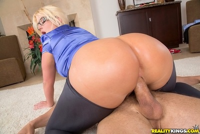 Breasty floozy Julie Bank note enjoys CFNM astonishingly final up with a facial cum flow