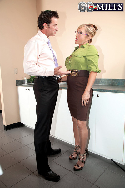 Smack grown secretary comes with cumming