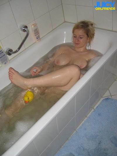 Pleasant golden-haired gf masturbates in the tub