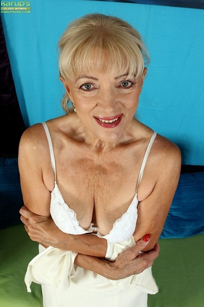 Blond full-grown Janet Lesley makes public saggy milk shakes ahead of amplifying bald bawdy cleft