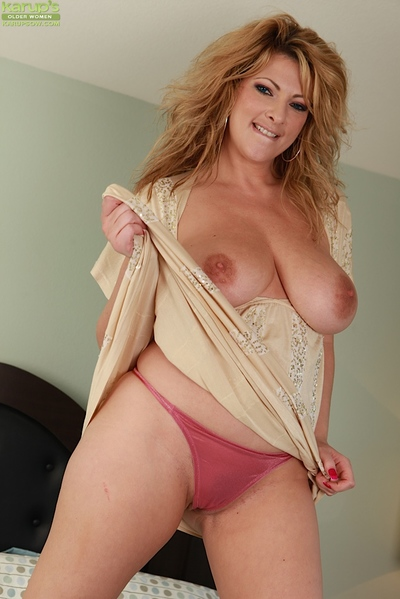 Buxom and barefoot golden-haired mamma Lexi Lexxx baring enormous saggy zeppelins on sofa