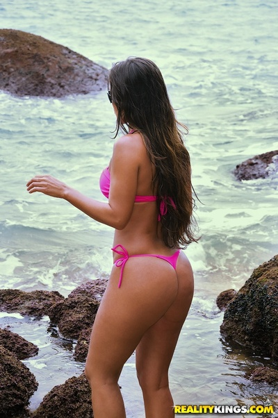 Furious latin babe Adryanna Duarte removes clothes and flaunts her waste on the beach