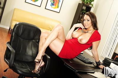 Pornstar darling Kaylynn shows off her greatly elegant largest meatballs