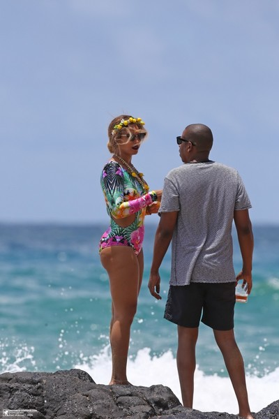 Titsy beyonce showing her wazoo in floral swimsuit