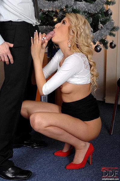 Golden-haired secretary Blanche sucks her boss 10-Pounder for Christmas!