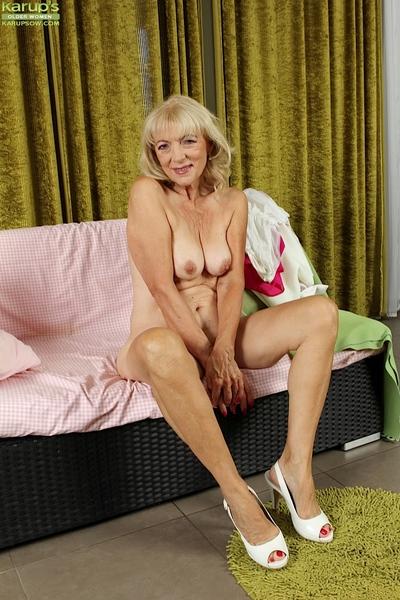Unattractive fairy-haired Janet Lesley finger smokin