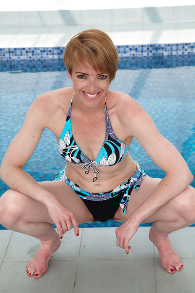 Without clothes melodious doxy Maria amplifies her gentile over the pool