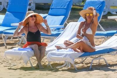 Kate hudson tanning her wonderful bikini ass