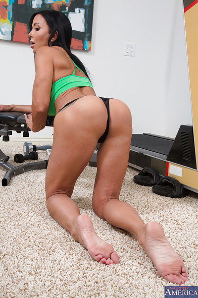 Wooing MILF in yoga shorts Jewels Jade undressing and posing uncovered