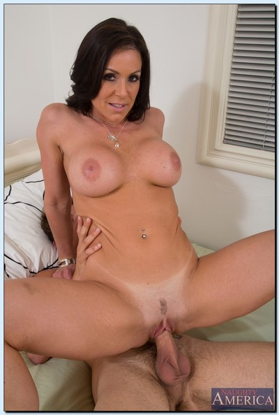 Perspired cougar Kendra Hunger purchases bonked and takes a spunk flow on her chin and rack