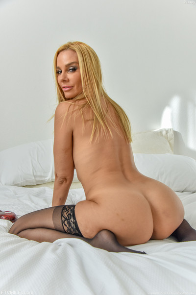 Boobsy milf sandy widen her ass cheeks and shows us her muff