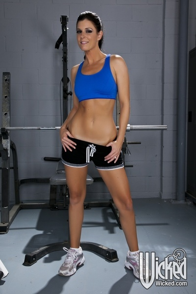 Sports MILF hotty India Summer shows her petite pantoons in the gym