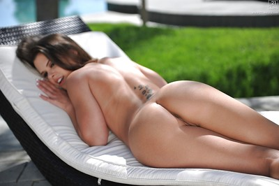 Miniature breasted juvenile babe Elizabeth Bentley expands hairless gentile outdoors