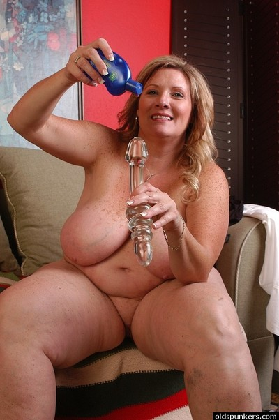 Sweet fascinating SSBBW Jaylene is swallowing her tough glass dildo!