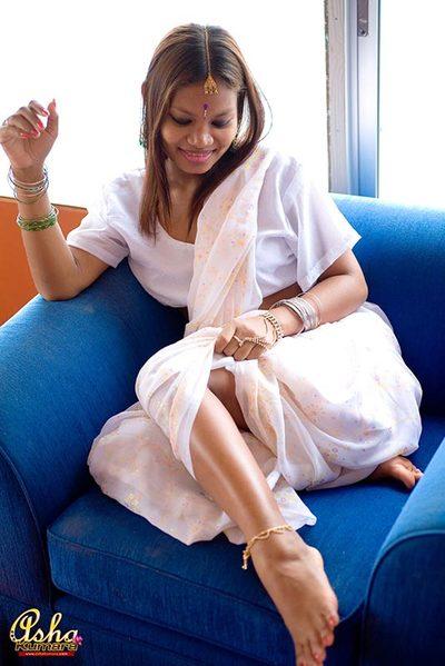 India gal Asha Kumara shows her butt cheeks whilst wearing sari