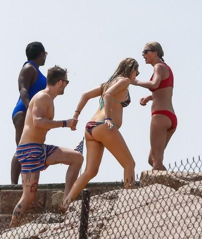 Taylor swift and blake joyous showing hot bikini wastes
