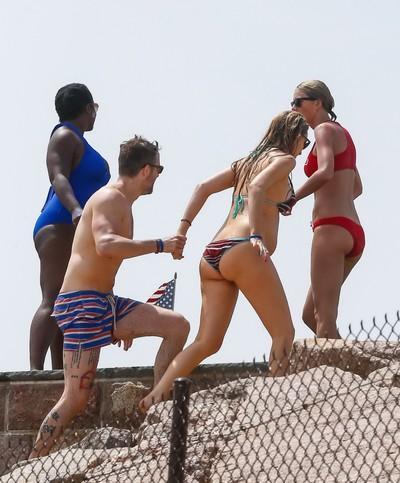 Taylor swift and blake joyous showing hot bikini wastes