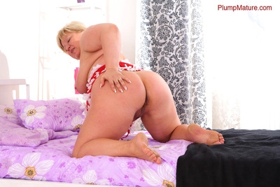 Chubby golden-haired mum lets a glass fake penis keen to her bawdy cleft